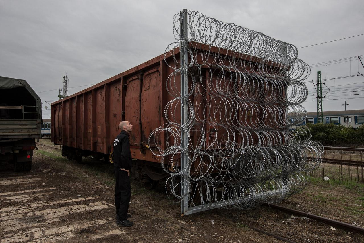 Szögesdróttal körülvett vasúti kocsival készülnek a gyékényesi vasúti határátkelő lezárására 2015-ben a magyar-horvát határon.  A 2015-ös menekültválság idején több százezren érkeztek Szíriából, Afganisztánból, Irakból és Afrika több részéről Európa felé. Abban az évben több mint megkétszereződött a falak és kerítések száma. Magyarország előbb a szerbiai határra húzott fel 175 km hosszan kerítést, majd ezt később a Horvátországgal határos szakaszon is megismételték 120 km hosszan.