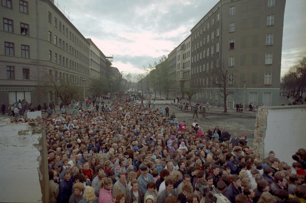 Rengetegen haladták a Bernauer Strassénál. A berliniek gyűlölték a falat, ami egy éjszaka alatt épült fel a tökéletes vasfüggöny szimbólumaként. Családok, barátok szakadtak szét, a fal pedig évtizedekig az életük részévé vált. A berlini fal utolsó éveiben már egyre több repedés mutatkozott, és végül a magyar határnyitásnak is köszönhetően olyan események indultak el, amik már elkerülhetetlenné tették a fal leomlását. A berlini fal Virágvölgyi válogatásában is referenciapont volt, és mindegyik úgy kezdődik, hogy erre visszautal.