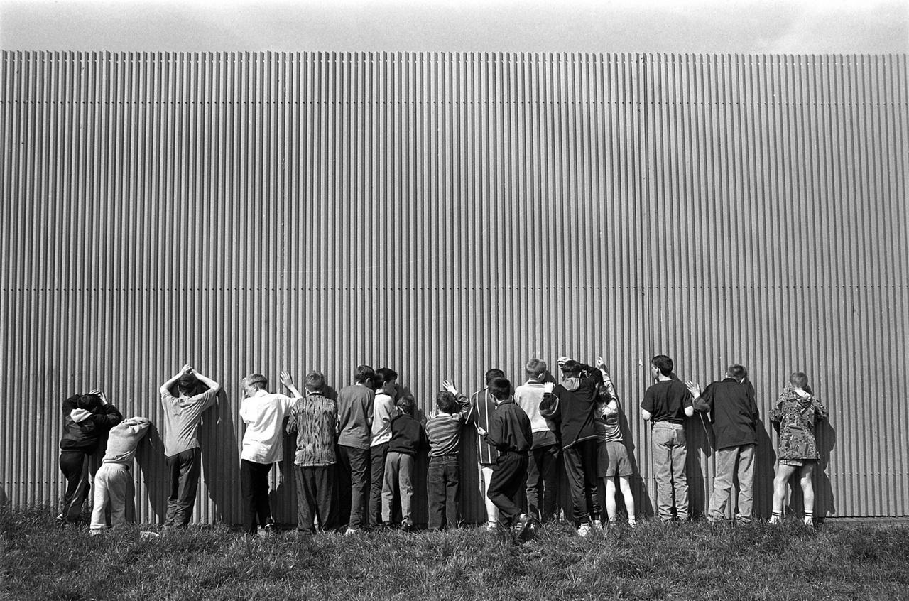 Békevonalak Belfast északi részén, 1994-ben. Az északír Belfastot és néhány környező települést összesen 34 km hosszan elválasztó falakat a főként nacionalista katolikusok és a főként unionista protestánsok lakta negyedek közé húzták fel 1969-tól kezdve. Ezek a vasbetonból, téglából vagy acélból készült falak nem összefüggőek, a hosszúk néhány száz métertől öt kilométerig terjed, és van, ahol 8 méter magasak.