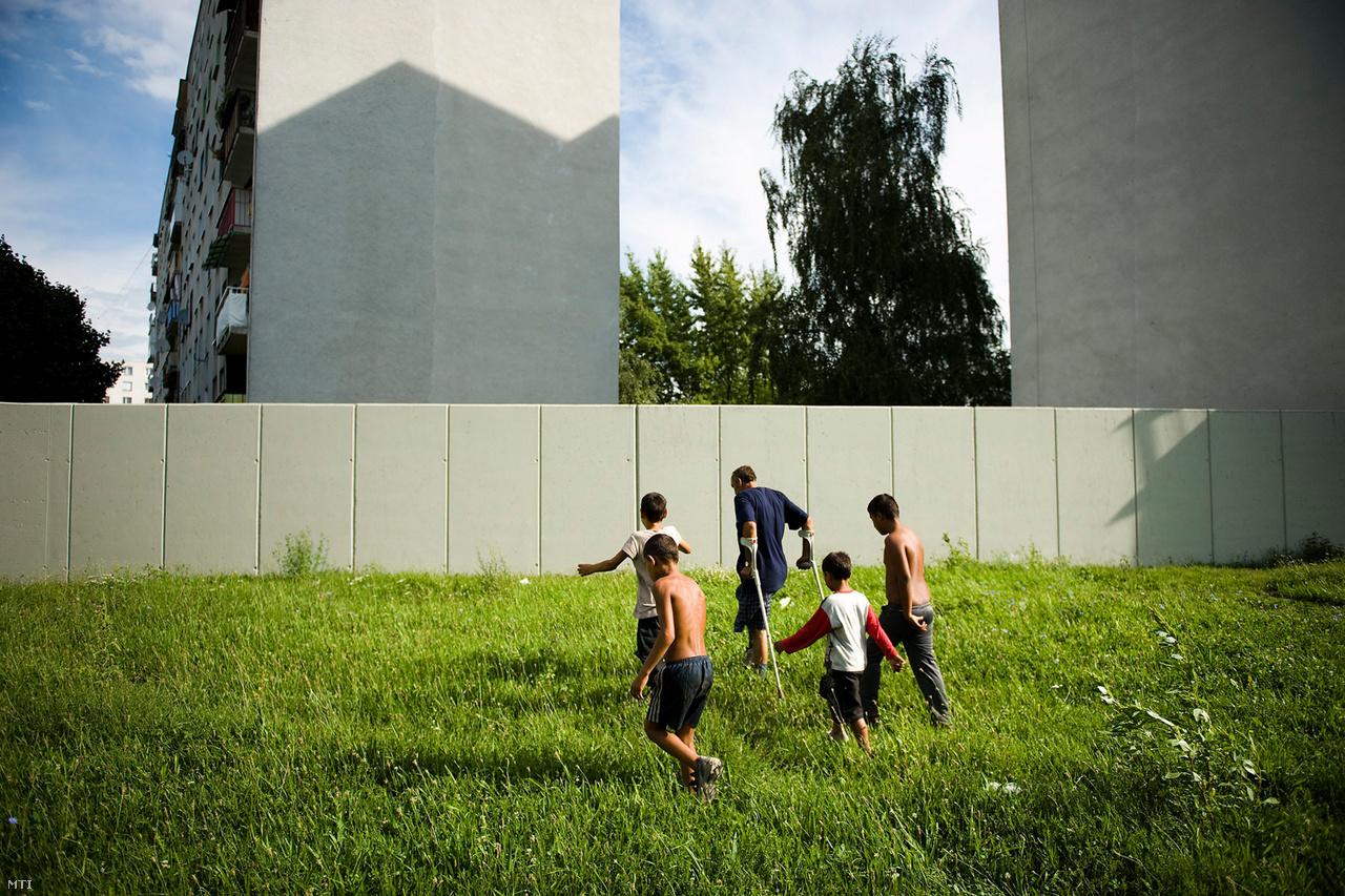 Romák sétálnak a betonfal felé a szlovákiai Mihalovcében (Nagymihály), 2010-ben. A közeli panelházakban lakó nagyjából 50 család szorgalmazta, hogy emeljék fel ezt az 500 méter hosszú, 2 méter magas falat, elválasztva ezzel a helyi cigánytelepet, amit szerintük elárasztott a szemét. A romák tiltakoznak a fal ellen, amit meg kell kerülniük. Szlovákiában több városban is épültek hasonló falak, a hivatalos indokok sportolási vagy éppen balesetvédelmi okokra hivatkoztak.