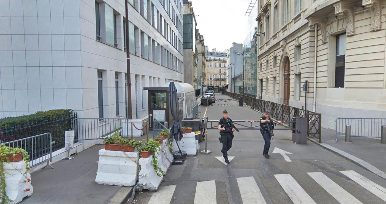 Az izraeli nagykövetség épülete Párizsban, a Google Street View felvételéről, 2018-ból. Számos nagykövetségi épületet védenek a kerítés és sorompók mellett különböző útakadályokkal, ezek ugyanúgy két ország határát hangsúlyozzák ki ezekben az esetekben. Azonban a betonelemekre is növényeket helyeztek.
