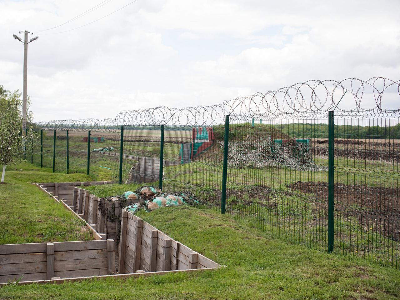 Ukrán határkerítés Zsuravjlovka közelében Ukrajna és Oroszország között. A 2014-ben a kelet-ukrajnai, oroszpárti szakadárokkal kitört konfliktusban jelentette be a kijevi vezetés, hogy kerítést építene a határra. Eredetileg 2000 km hosszan tervezték a határzárat. Ez eddig egy 17 km-es szakaszon valósult meg. Moszkva pedig 2018 végén jelentette be, hogy 60 km-en húzott fel kerítést az egyoldalúan elcsatolt Krím félsziget északi részére.