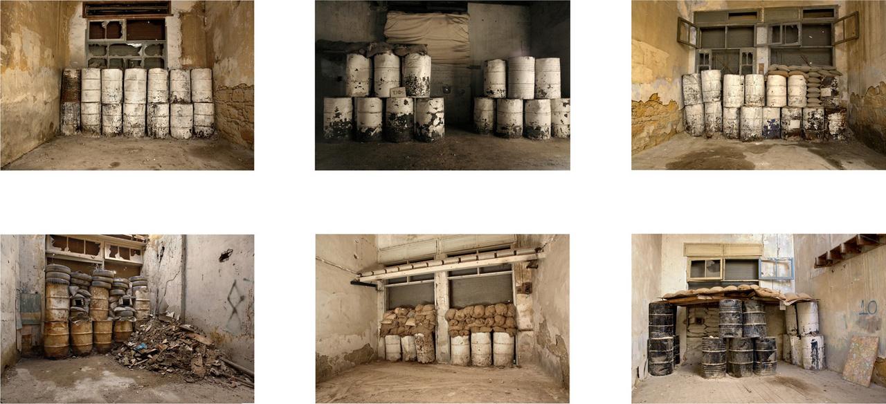 Elhagyott bunkerek és olajhordókból, homokzsákokból emelt barikádok Nicosiában, Ciprus kettévágott fővárosában, 2009-ben. Törökország 1974-ben szállta meg a sziget északi részét, és Ciprus azóta kettészakított ország. Az északi, török fennhatóságú és a déli, görög területeket, valamint magát Nicosiát is 1974 óta választja el 180 km hosszan a Zöld Vonal. 2003 óta több átjárót is nyitottak, a több helyen romos épületeket is magában foglaló fal helyett pedig egyes szakaszokon könnyebb kerítést emeltek.