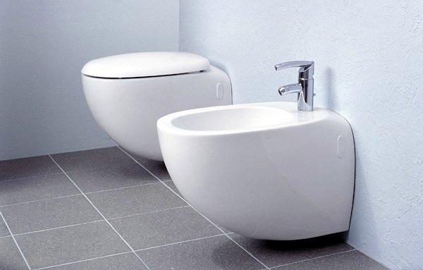 WC egy mellékhelyiségben (balra) és bidé (jobbra)