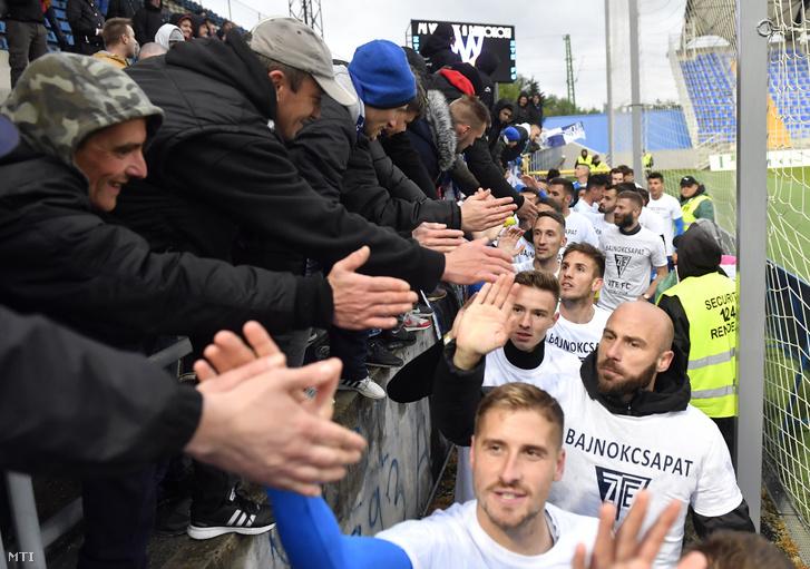A bajnok Zalaegerszegi FC játékosait köszöntik a szurkolók miután 4-1-re győztek a Budafoki MTE elleni mérkőzésen a labdarúgó NB II. 36. fordulójában Zalaegerszegen 2019. május 5-én.