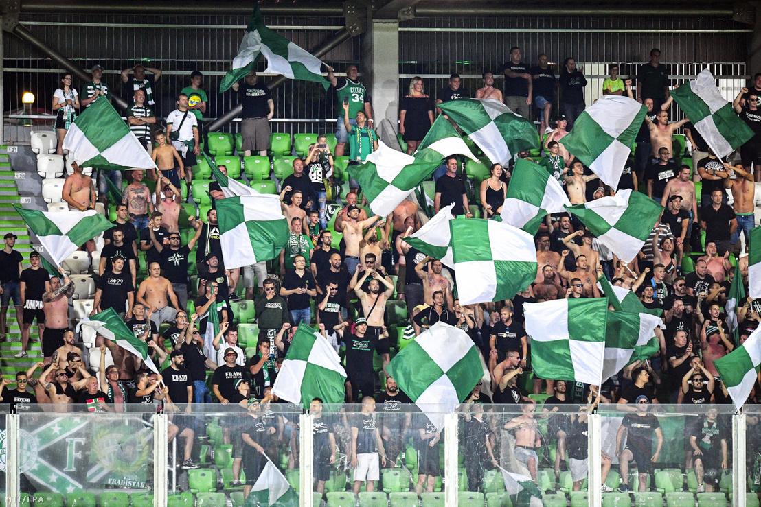 A Ferencváros szurkolói a lelátón a labdarúgó Bajnokok Ligája selejtezőjének első fordulójában játszott Ludogoroc elleni visszavágó mérkőzésen a bulgáriai Razgradban 2019. július 17-én.