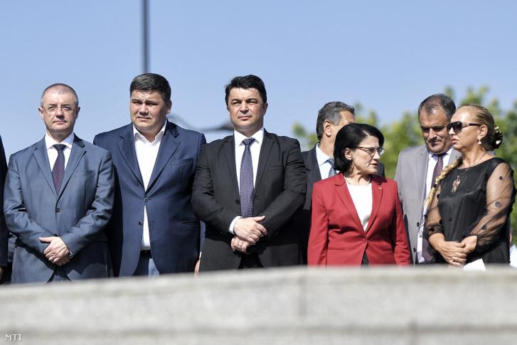 Ecaterina Andronescu román oktatási miniszter (j2) és Daniel Breaz művelődési miniszter (k) részt vesz a roma holokauszt emléknapja alkalmából rendezett megemlékezésen Bukarestben 2019. augusztus 2-án. Andronescut ezen a napon leváltotta tisztségéből Viorica Dancila román kormányfő. Az oktatási minisztérium élére ideiglenesen Daniel Breazt jelölték.