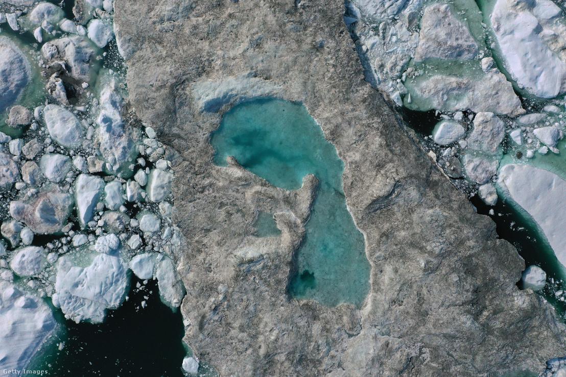 Grönlandon, az Ilulissat fjordban úszó jégtöm felszínén a szokatlanul meleg időjárás következtében tó alakult ki.