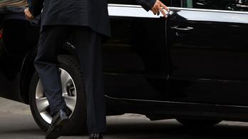 Nem árulja el a kormány, kinek vesznek autókat 82 milliárdért