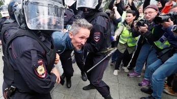 Fekete furgonban vitt el az orosz rendőrség egy ellenzéki aktivistát, ismét százakat tartóztattak le