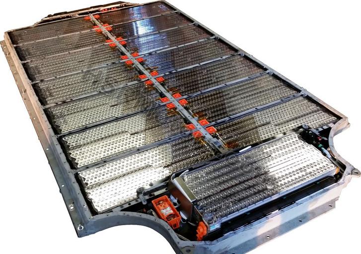 Lítiumot rejtő akkumulátorcsomag egy Teslából
