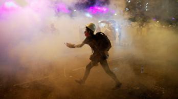 Letépték a kínai zászlót a hongkongi tüntetők, és a tengerbe hajították
