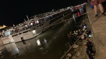 A Duna-parti sziklákra esett két ember a Lánchídnál