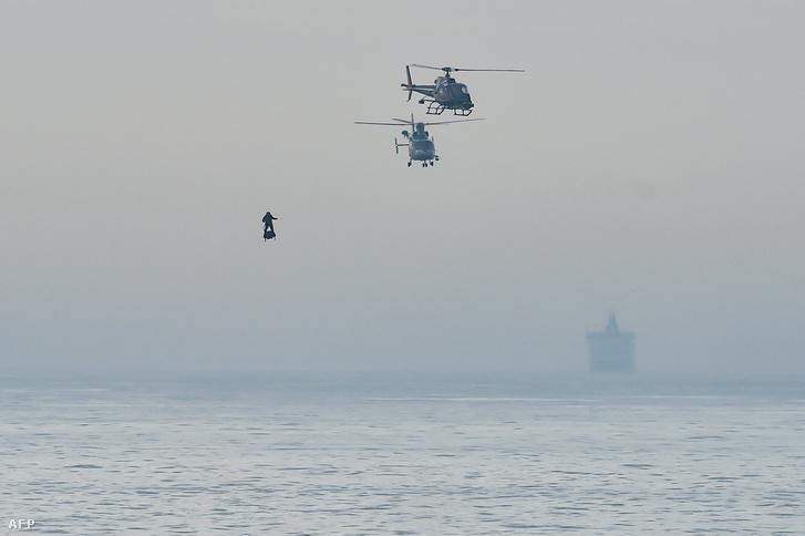 Franky Zapata francia feltaláló a Franciaország és Nagy-Britannia közötti La Manche-csatorna felett 2019. augusztus 4-én.