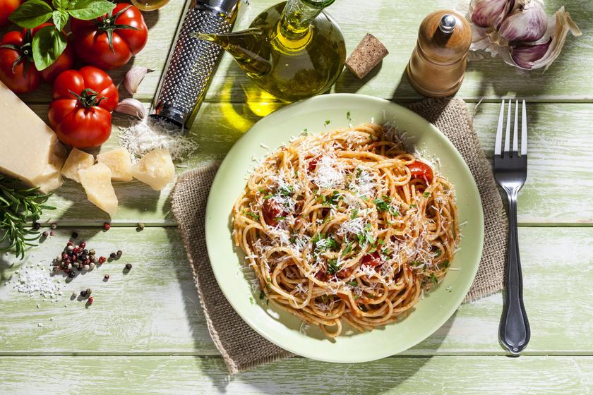 A paradicsomos tészta örök klasszikus, amit a végtelenségig variálhatsz. Rozmaringgal, bazsalikommal, parmezánnal pikk-pakk üde, mediterrán finomságot varázsolhatsz belőle. Gazdagíthatod hússal, más zöldségekkel. Ha úgy főznéd, mint az olaszok, ne törd ketté a spagettit!