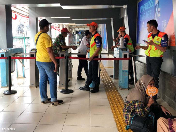 Az áramkimaradás miatt bezárt állomás Jakartában 2019. augusztus 4-én.