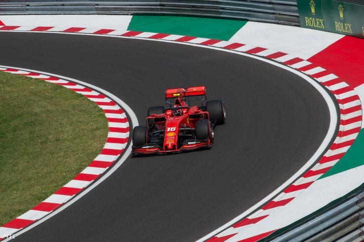 Charles Leclerc a Ferrari monacói versenyzője a Forma-1-es Magyar Nagydíj időmérő edzésén a mogyoródi Hungaroringen 2019. augusztus 3-án.