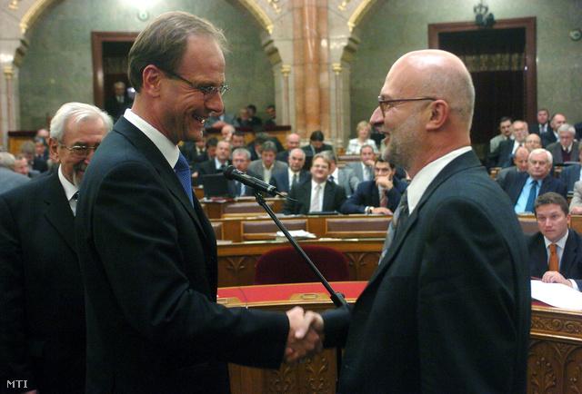 Navracsics Tibor a Fidesz frakcióvezetőjeként gratulál Szabó megválasztásához 2007-ben.