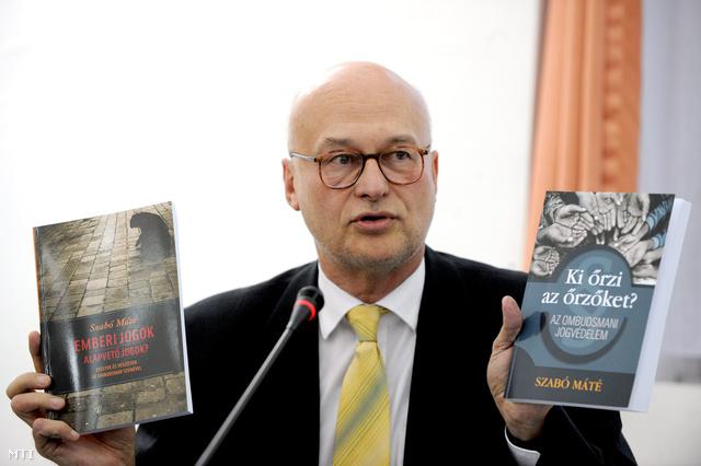 Szabó Máté Az Emberi jogok - alapvető jogok? Esélyek és veszélyek az ombudsman szemével című tavaly megjelent könyvével.