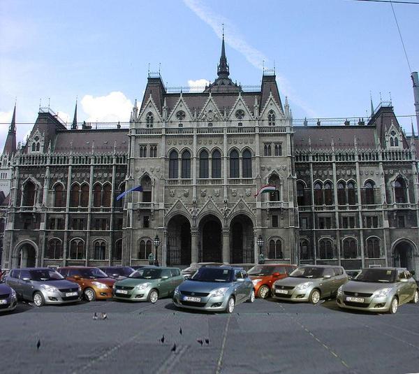 Milyen jól nézne ki a Parlament, ha előtte Suzukik állnának!