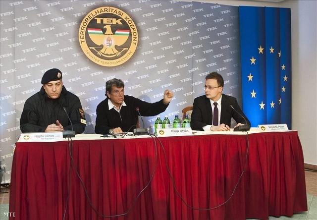 Papp István sajtótájékoztatót tart. Mellette balról: Hajdu János a TEK vezetője, jobbról Szijjártó Péter, a miniszterelnök szóvivője