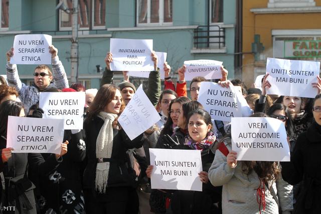 A Marosvásárhelyi Orvosi és Gyógyszerészeti Egyetem (MOGYE) román diákjai márciusban a magyar tagozat létrehozása ellen tüntettek