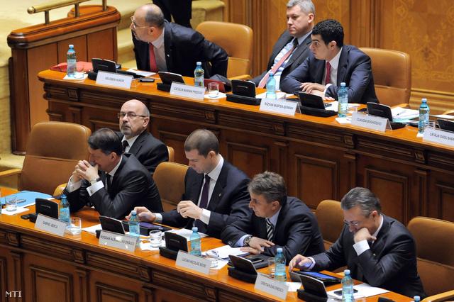 Markó Béla (első sor szemüveggel) és Kelemen Hunor az RMDSZ elnöke (második sor balról) a kormány elleni bizalmi szavazás vitáját hallgatja még áprilisban.