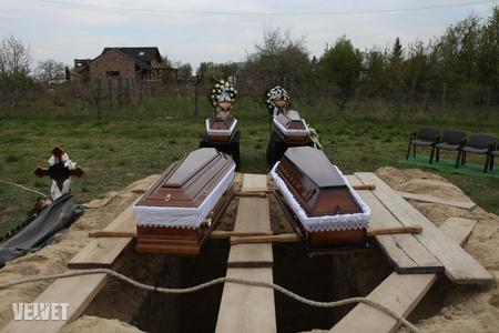 H. Csanád most kezdi felfogni, mit tett. Áldozatainak koporsói a temetésen.