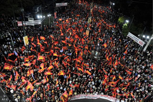 Kommunista párti szimpatizánsok az ország euróövezetből való kilépését követelve vonultak hétfőn Athén utcáin