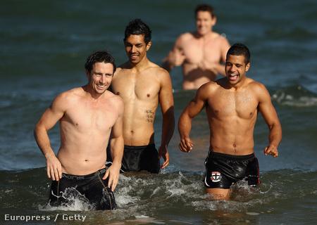 A Saint Kilda Football Club játékosai az óceánban, az ausztrál tél kezdetén