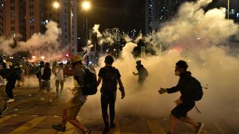 Húsz embert őrizetbe vettek Hongkongban, újra ezrek az utcákon