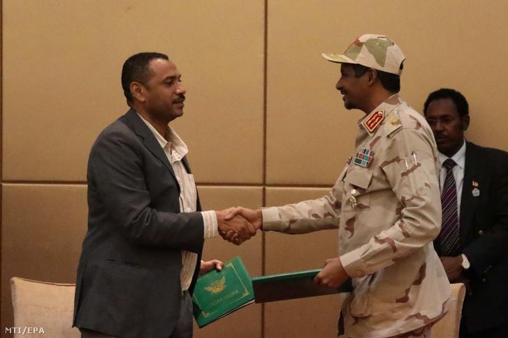 Mohamed Hamdan Dagalo tábornok (j) és Ahmad ar-Rabija, az ellenzéki koalíció vezetője, miután aláírta a hatalom megosztásáról szóló megállapodást.