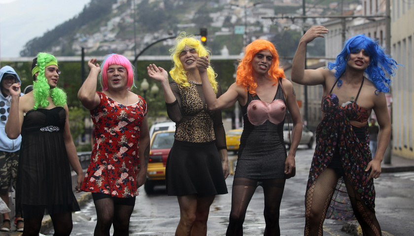 Ecuadorban az óév özvegyeinek öltözött férfiak járják az utcákat adományt kéregetve, éjszakára alaposan illuminált állapotba kerülve. Az este tetőpontja az éjfél, amikor papírból készült bábokat egy máglyán égetnek el. Az aznap viselt sárga fehérnemű jólétet és szerencsét, a piros szerelmet hoz.