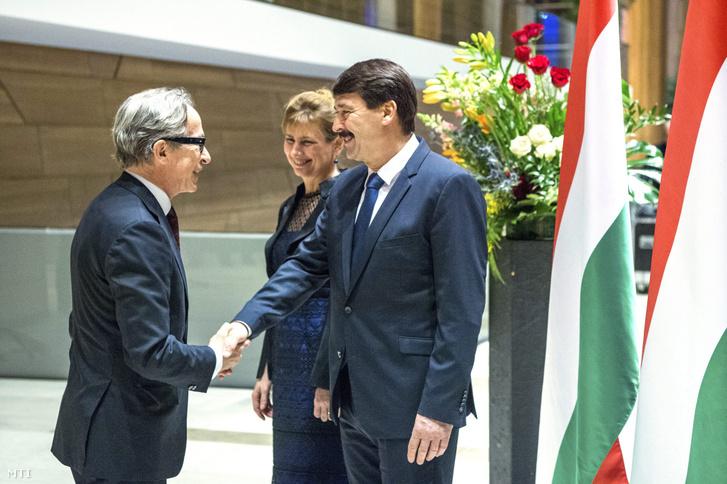 Áder János köztársasági elnök és felesége köszönti Petri Tuomi-Nikula finn nagykövetet.