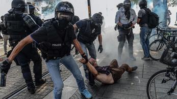 Könnygázzal oszlatták a francia rendőrök a könnygázos oszlatás után holtan talált fiú miatt tüntetőket