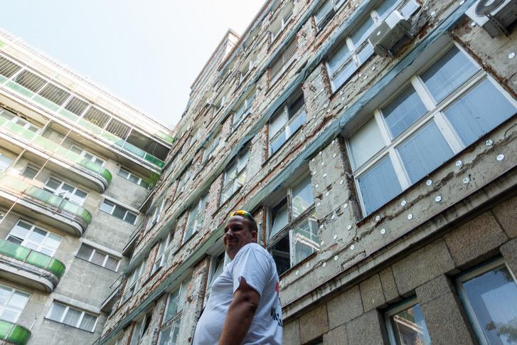 Igen, ez Buda egykori elitkórháza 2019. nyarán. A Kútvölgyi sorsa rettentő szomorú. A homlokzatfelújítást például a bontásnál hagyták félbe