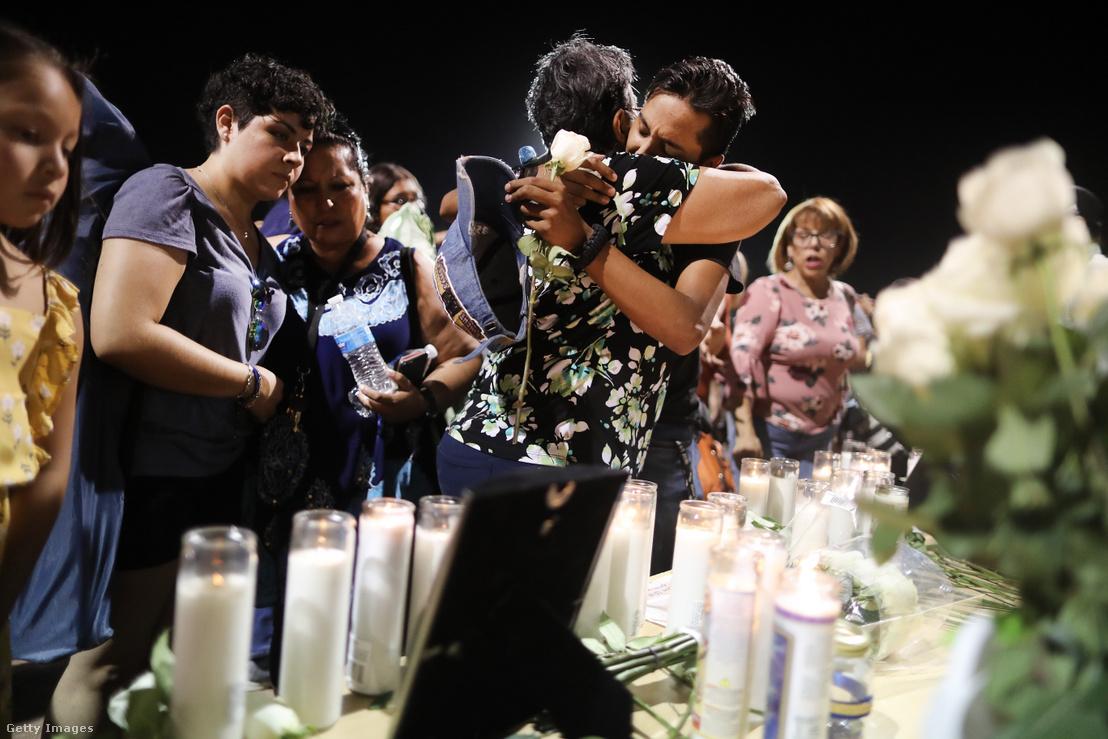 El Pasó-i merénylet áldozatatit gyászoló tömeg