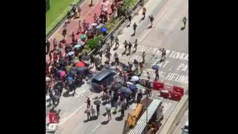 Barikádot emelő tüntetők közé hajtott egy autós Hongkongban