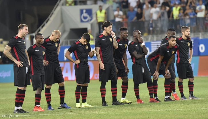 A Budapest Honvéd játékosai a gól nélküli döntetlent követő tizenegyes-párbajban, a labdarúgó Európa Liga második selejtezőfordulójának visszavágójaként játszott Universitatea Craiova–Budapest Honvéd mérkőzésen Craiovában 2019. augusztus 1-jén.