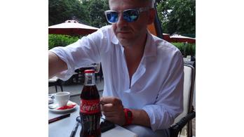 Alföldi Róbert fotóval reagált a fideszes Boldog István kólabojkottjára