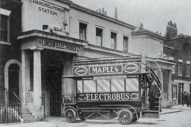 A London Electrobus egyik járműve begördül az újratöltőgarázsba