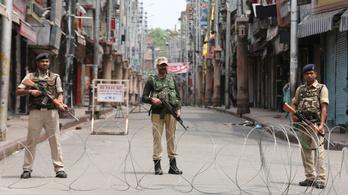 India letarolja Kasmírt: kijárási tilalom, alkotmánymódosítás, házi őrizet
