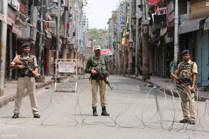 Indiai katonák a kiürített Jammuban található utcán 2019. augusztus 5-én