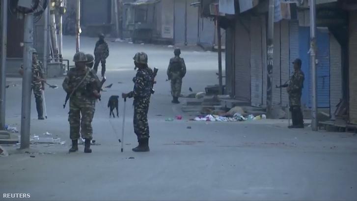 Indiai biztonsági erők Sinagarban 2019. augusztus 5-én