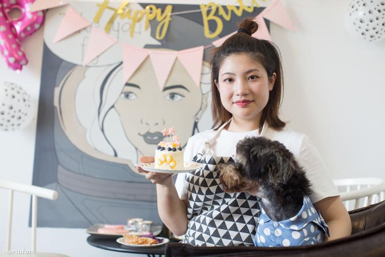 Időnként persze gyümölcsök is kerülnek a süteményekbe, amelyet saját kiskutyája is nagy örömmel fogad