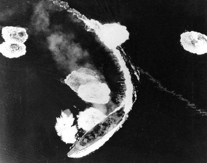 A Jamato menekül a bombák elől