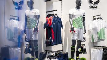 Egy focicsapat máris lecserélte a Mészáros Lőrinc-féle mezeket