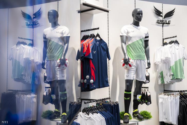 2Rule termékek az Intersport és a 2Rule magyar márkát gyártó Magyar Sportmárka Zrt. kereskedelmi együttműködésének bejelentése napján