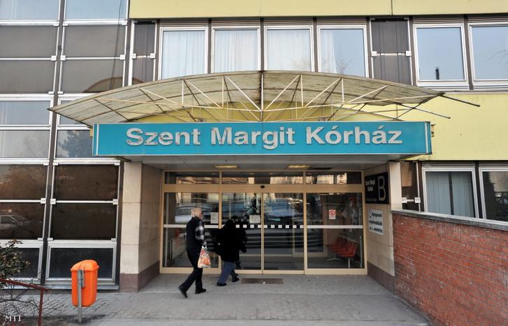 A Fővárosi Önkormányzat Szent János Kórházához tartozó Szent Margit Kórház főépületének bejárata 2011. február 23-án.