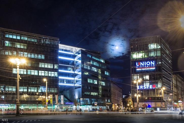 Az Union Vienna Insurance Group Biztosító Zrt. és az Erste Bank üvegpalotája a Kálvin téren.